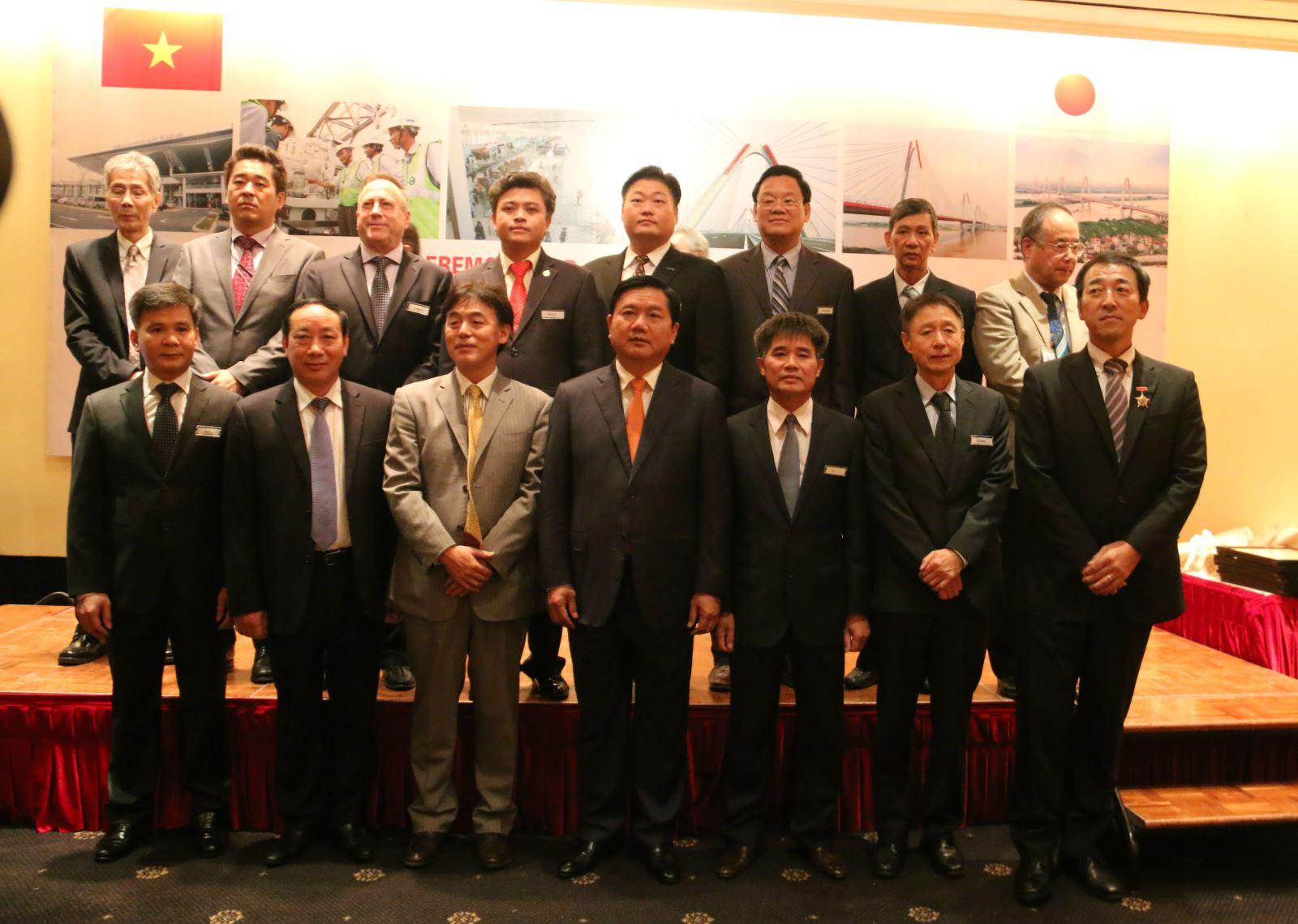 Bộ trưởng Đinh La Thăng  chụp ảnh lưu niệm cùng các đơn vị tham gia cụm dự án tại lễ trao giải