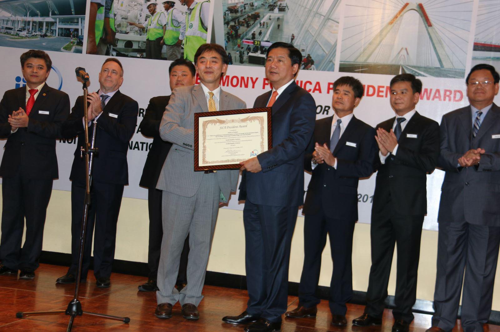 Trưởng Đại diện văn phòng JICA tại Việt Nam Mori Mutsuya trao Giải thưởng Cống hiến cho Bộ trưởng Đinh La Thăng